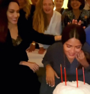 Salma Hayek Angelina Jolie-val szülinapozott, az arca egy tortában landolt