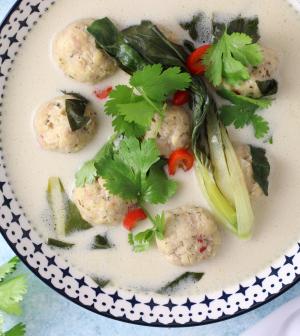 íme valami új: thai csirkegombócleves