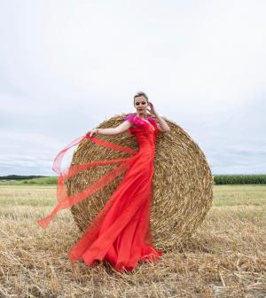 Marton Adri magyar tervezők ruháiban tündököl